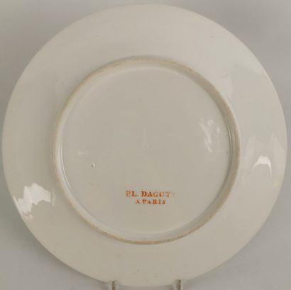 PARIS, manufacture de Dagoty.  Assiette en porcelaine à décor polychrome de marguerite...