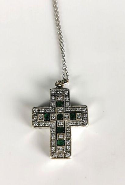 Pendentif en or blanc formant une croix,...