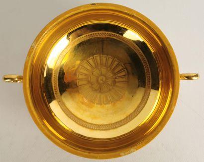 PARIS ou RUSSIE.  Belle écuelle couverte en porcelaine à décor bleu et or, reposant...