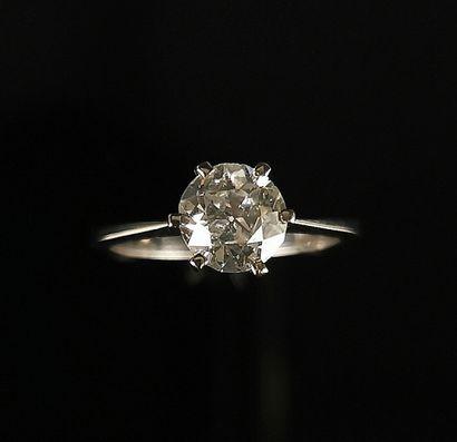 Bague solitaire en or blanc ornée d'un diamant...