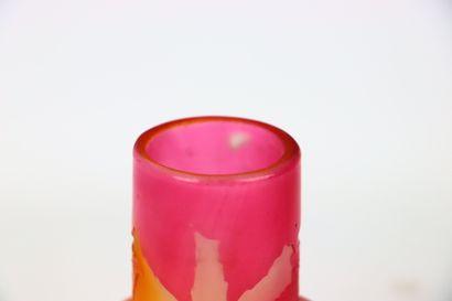Etablissement GALLE.  Vase pansu à col large en verre multicouche à décor dégagé...