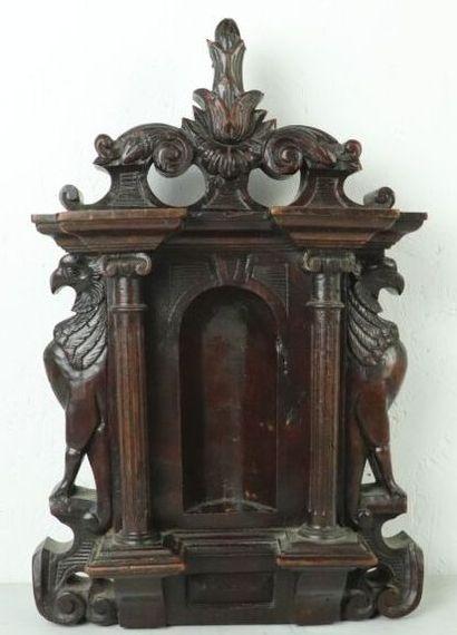 Niche en bois sculpté à décor d'architecture...