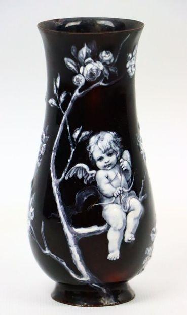 Vase à col évasé sur talon en cuivre émaillé...