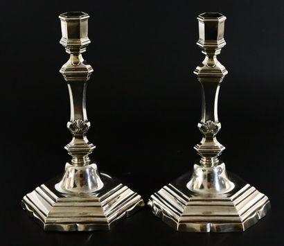 Paire de flambeaux en argent à bobèches hexagonales,...