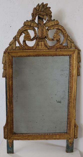 Miroir en bois laqué vert et doré à décor...