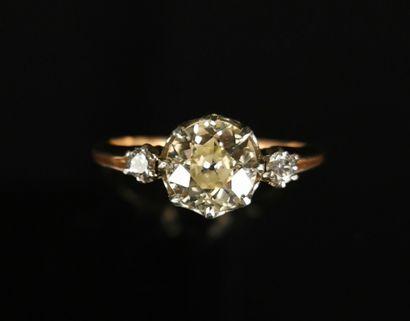 Bague en or rose ornée d'un diamant central...