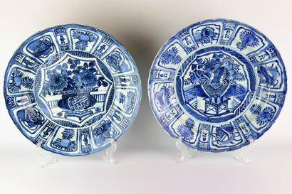 CHINE.  Paire de plats en porcelaine à décor...
