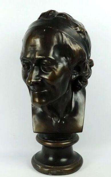 Buste de Voltaire en plâtre à patine bronze....