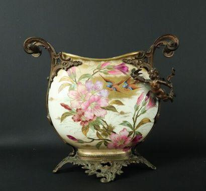 Vase à corps applati en faïence à décor peints...