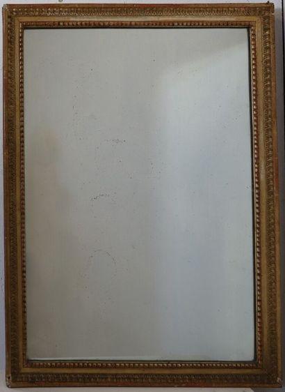 Miroir en bois doré à décor de frise de raies...