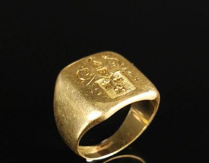 Chevalière en or jaune ornée d'armoiries....