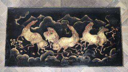 CHINE  Table basse, le plateau ancien à décor...