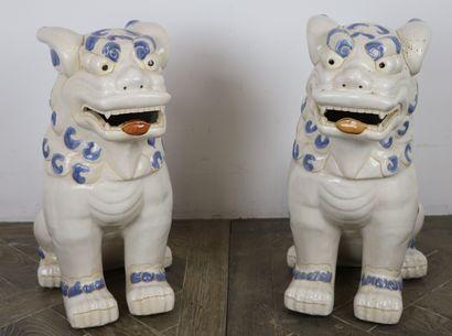 CHINE.  Paire de chimères en porcelaine blanche,...