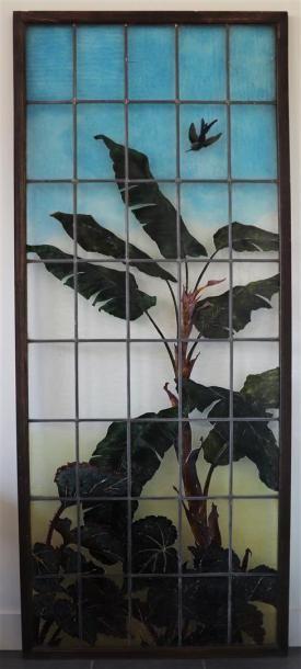 Grand vitrail en verre polychrome dégagé...