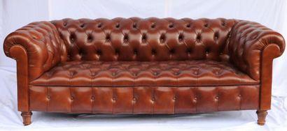 Canapé Chesterfield en cuir havane.  H_54...