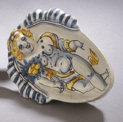 NEVERS Coupe ovale en faïence à décor en relief d'une femme allongée, décor a compendiario...