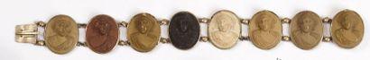 BRACELET en métal orné de huit médaillons...