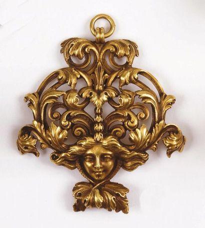 PENDENTIF en or jaune à décor de rinceaux...