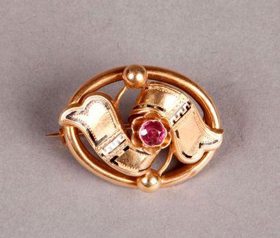 Petite BROCHE ovale en or jaune à décor d'un...