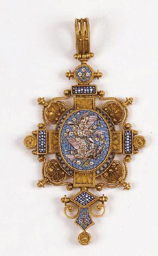 PENDENTIF en forme de croix en or jaune à...