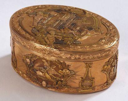 BOITE ovale en alliage d'or à décor d'oiseaux...
