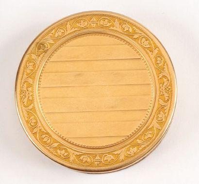 Petite BOITE circulaire en or jaune à décor...