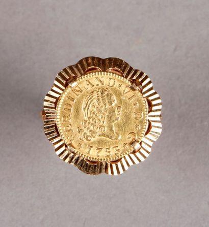 BAGUE en or jaune ornée d'une petite monnaie...