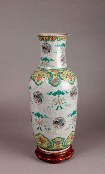 VASE balustre en porcelaine à décor en polychromie...