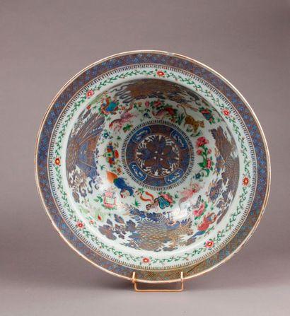 BASSIN circulaire en porcelaine à décor polychrome...