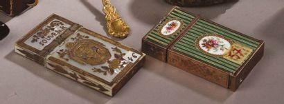 ETUI-NÉCESSAIRE en métal doré orné de plaques...