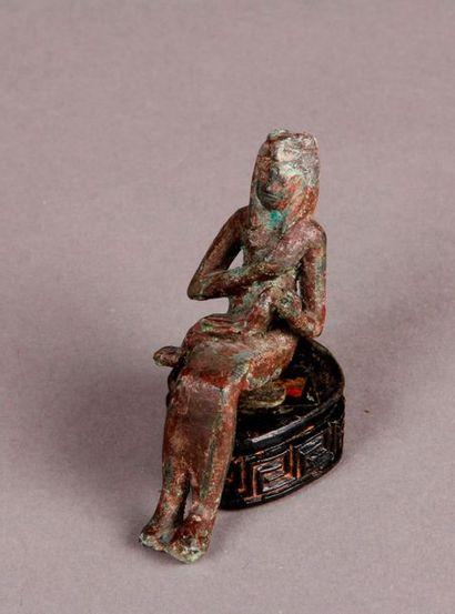 STATUETTE représentant Isis allaitant Horus...
