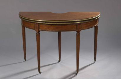 TABLE DE BOUILLOTTE en acajou de forme demi-lune,...