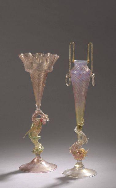 DEUXVASES en verre teinté et doré, à décor...