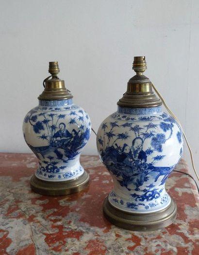 Paire de vases balustre en porcelaine à décor...