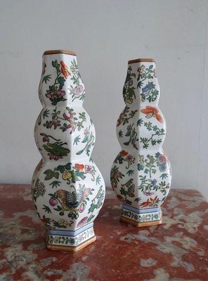 Paire de vases en porcelaine à décor style...