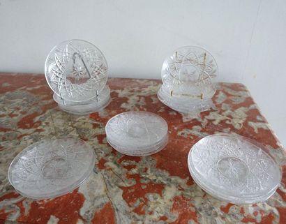 Vingt-quatre coupelles en cristal à décor...