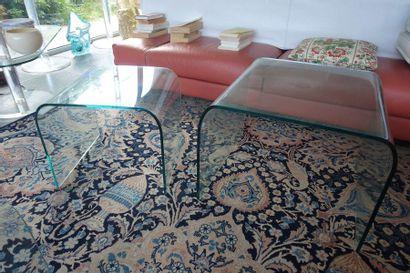 Trois tables gigogne en verre en forme d'arche....