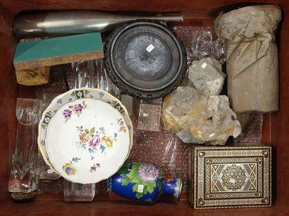 Mannette de bibelots divers: Assiette porcelaine...