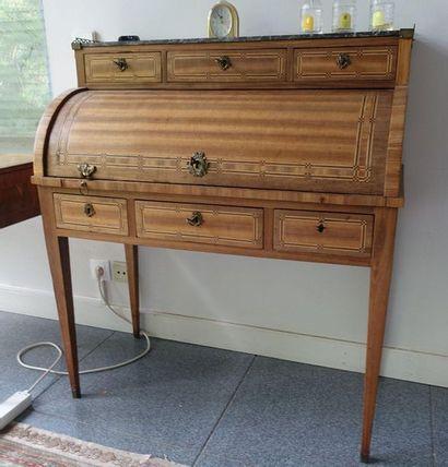 Petit bureau cylindre en bois de placage...