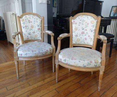 Paire de fauteuils cabriolet en bois naturel,...