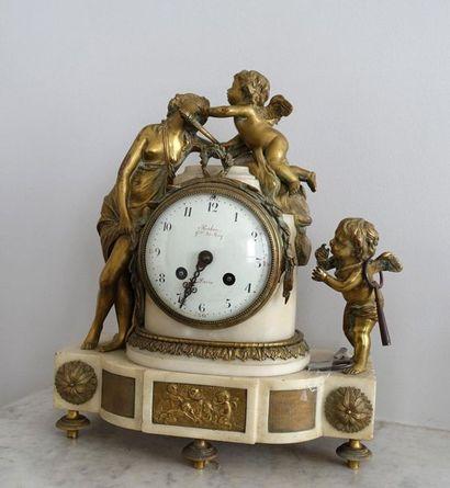 Pendule borne en marbre blanc et bronze à...