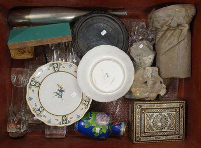 Mannette de bibelots divers: Assiette porcelaine de Meissen, flacons verre, bloc...