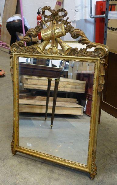 Petit miroir en bois sculpté et doré à décor...