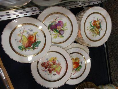 LUCE, Paris. 17 assiettes à dessert en porcelaine...