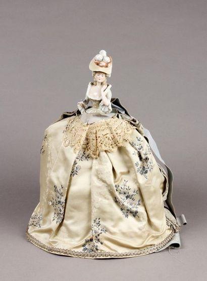 Poupée buste en porcelaine, robe tissu brodé...