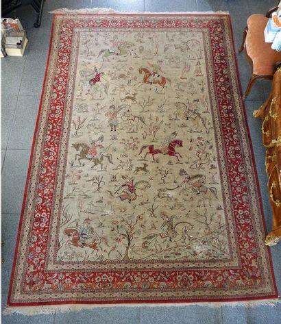 Tapis persan en laine et soie à décor de...