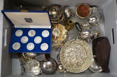Mannette de metal argenté: Dessous de plats, passe-thé, coupes, verseuses, timbale,...