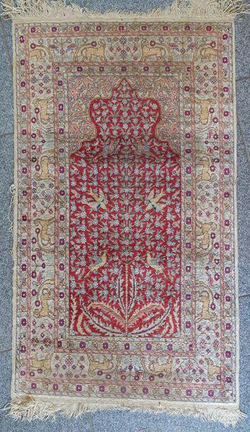 Petit tapis de prière à décor de mihrabs...
