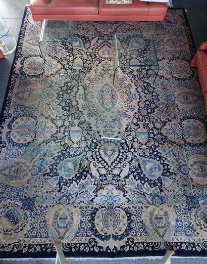Grand tapis à médaillon central à décor d'urnes...