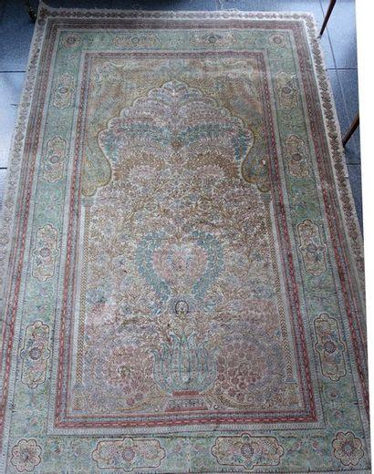 Tapis persan à mihrab à décor floral sur...